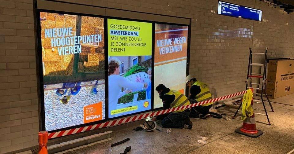 RTL Z filmt uitrol van de nieuwe schermen in A'dam